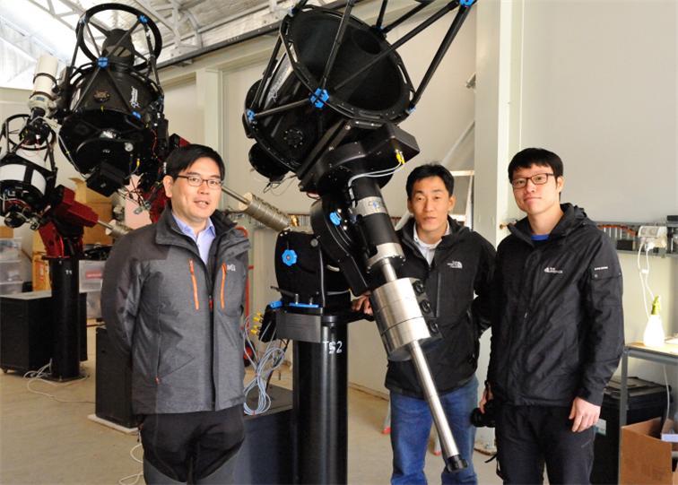 이상각 망원경과 연구진
