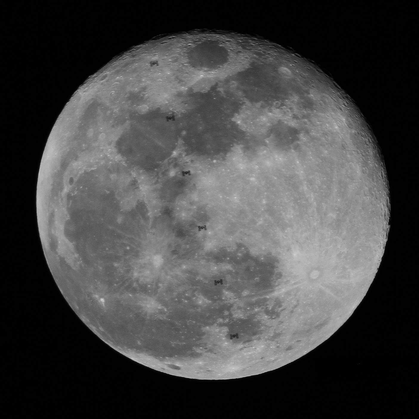 최우수상 / 보름달을 통과하는 ISS / 김경환